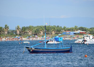 Spiaggia e imbarcazioni a Porto Mandriola